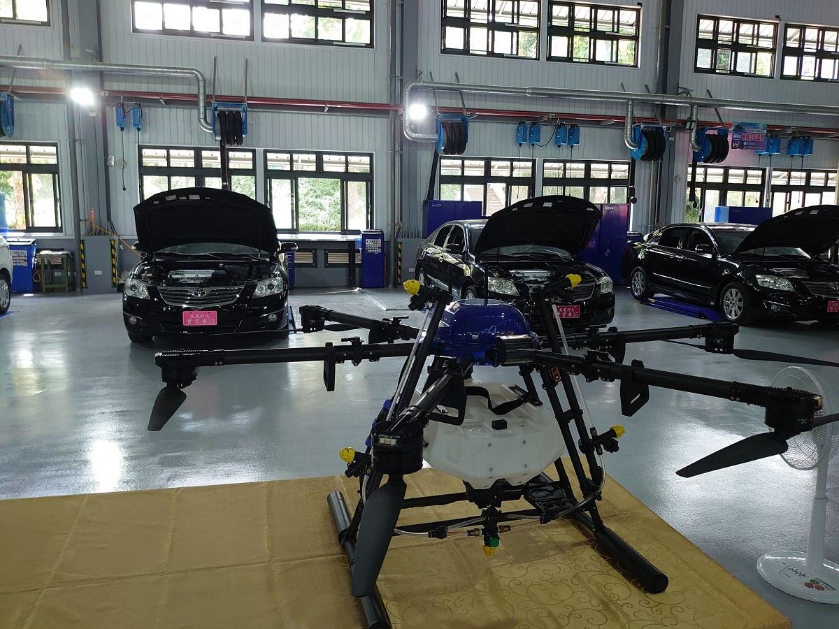 吳鳳科大航太車輛館展示各式實習車及無人機