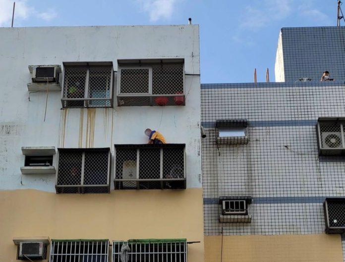 鳳山男子蹲6樓屋簷躲查緝